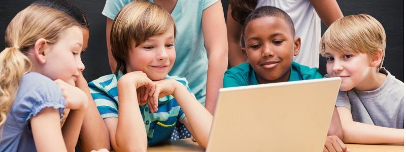 ninos-estudiando-libro-interactivo