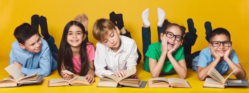 ninos-leyendo-juntos