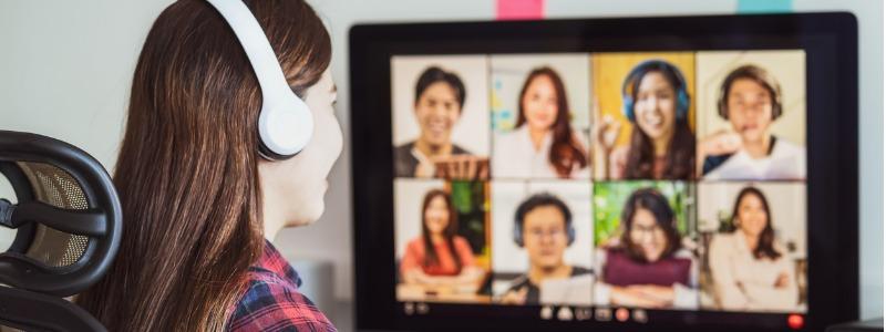 joven-frente-al-computador- en-clases-virtuales